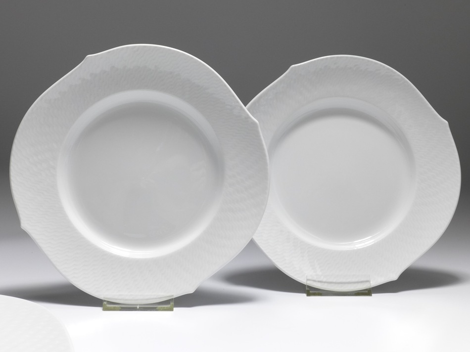 & set of 2 plates Meissen waves relief white 1st quality D: 225 cm