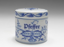 spice-box pepper, blue onion, Meissen, h: 5,5 cm